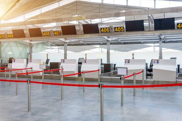 Можно ли сейчас попасть в Евросоюз? _Empty check in desks airport