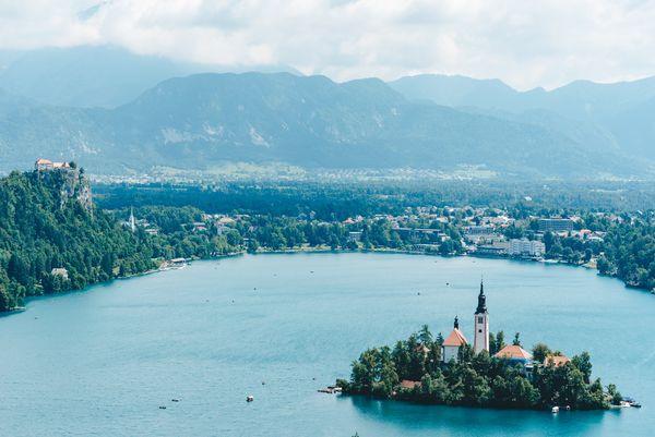 въезд в Словению для россиян_mountains church castle slovenia