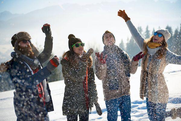 кэшбэк за путешествия по России _friends covered with fresh snow