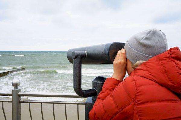 кэшбэк за путешествия по России _person looks through telescope