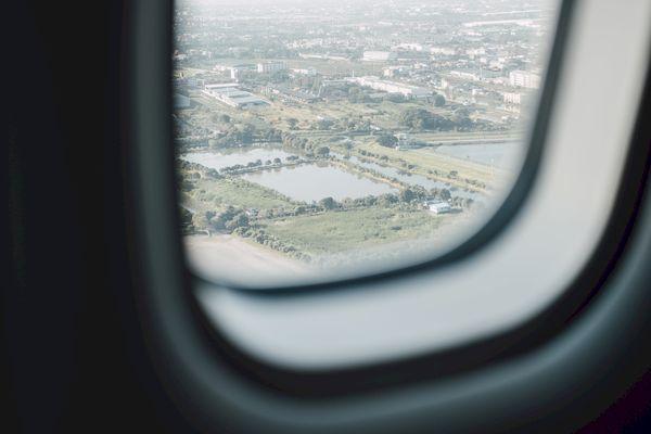 Россия возобновит авиасообщение с пятью странами _airplane window with city view