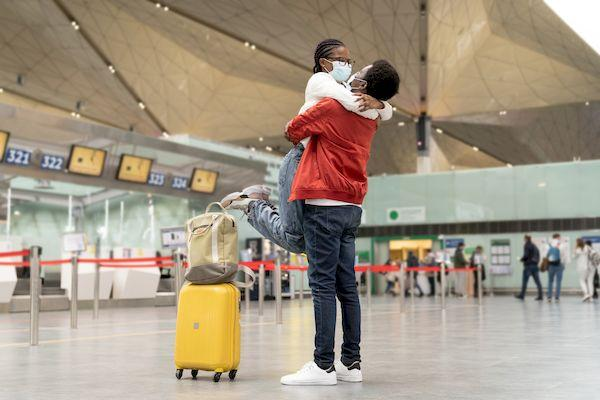 Австралия-2021 _couple tourist masks hug airport